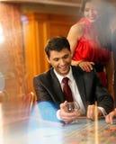 Пары в казино стоковая фотография