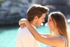 Пары в каникулах смотря один другого готовый для того чтобы расцеловать стоковое фото rf
