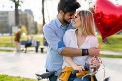 Пары в катании влюбленности bicycle в городе и датировка стоковые фотографии rf