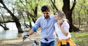 Пары в катании влюбленности bicycle в городе и датировка стоковые изображения rf