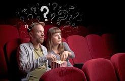 Пары в кино с вопросами стоковые изображения rf