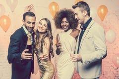 Пары в клубе празднуя танцы кануна Новых Годов в полночь стоковое фото rf