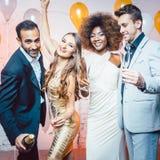 Пары в клубе празднуя танцы кануна Новых Годов в midnigh стоковое фото