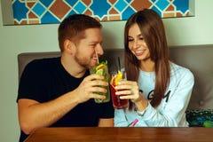 Пары в коктеилях clink кафа стоковое изображение