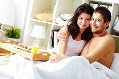 Пары в кровати Стоковые Изображения