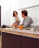 Пары в кухне aa Стоковая Фотография