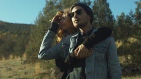 Пары в любов в лесе видеоматериал