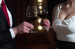 Пары в любов на романтичной дате с бокалами стоковые фотографии rf