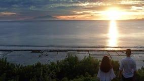 Пары в любов на роскошном курорте на романтичных летних каникулах Люди ослабляя совместно в бассейне края, наслаждаясь сток-видео