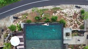 Пары в любов на роскошном курорте на романтичных летних каникулах Люди ослабляя совместно в бассейне края, наслаждаясь акции видеоматериалы