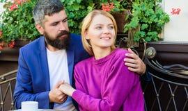 Пары в любов сидят терраса кафа для того чтобы насладиться кофе Приятные выходные семьи Женатые прекрасные пары ослабляя совместн стоковая фотография rf