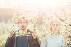 Пары в любов в цвести цветке стоковые изображения