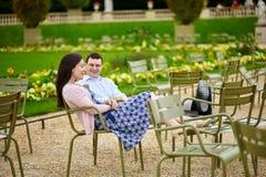 Пары в Люксембургском саде Парижа стоковая фотография rf