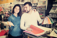 Пары в магазине поставек краски Стоковое Фото