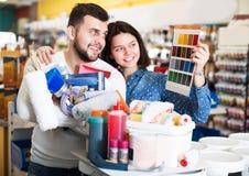 Пары в магазине поставек краски Стоковое фото RF