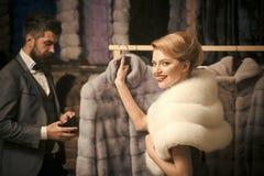 Пары в меховой шыбе покупки любов стоковое фото rf