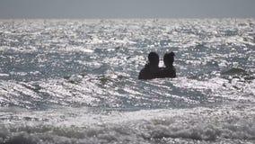 Пары в море сток-видео