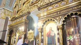 Пары в молитве в церков сток-видео