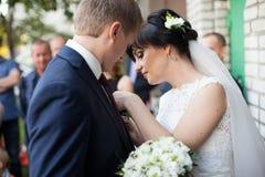 Пары в национальных костюмах на предпосылке зеленеют парк Стоковая Фотография