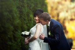 Пары в национальных костюмах на предпосылке зеленеют парк Стоковые Изображения RF