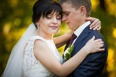 Пары в национальных костюмах на предпосылке зеленеют парк Стоковые Фото