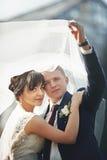 Пары в национальных костюмах на предпосылке зеленеют парк Стоковое фото RF