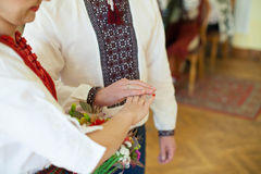 Пары в национальных костюмах на предпосылке зеленеют парк Стоковая Фотография RF