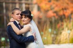 Пары в национальных костюмах на предпосылке зеленеют парк Стоковое Фото