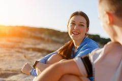 Пары в носке спорта на пляже Стоковые Изображения RF