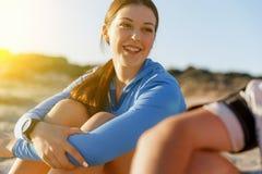 Пары в носке спорта на пляже Стоковая Фотография RF