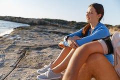 Пары в носке спорта на пляже Стоковые Изображения
