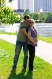 Пары в ожидании младенца, пятый месяц pregn стоковая фотография