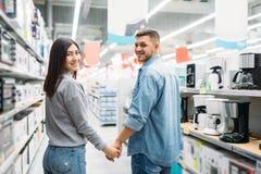 Пары в отделе бытовых приборов, магазине стоковые изображения