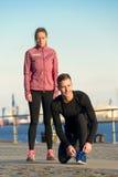 Пары в одежде фитнеса готовой для внешней разминки Стоковые Изображения