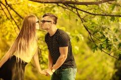 Пары в парке делят поцелуй Стоковые Изображения