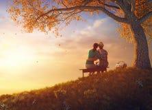Пары в парке осени Стоковое Изображение RF