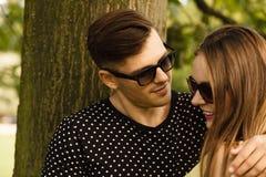 Пары в парке получая близкий Стоковое Изображение