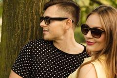 Пары в парке получая близкий Стоковые Изображения
