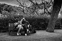 Пары в парке рядом с Sagrada Famillia Стоковые Изображения