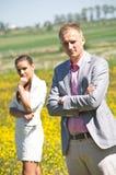 Пары в поле wildflowers стоковое изображение rf