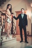 Пары в роскошном интерьере Стоковое Изображение RF