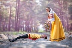Пары в русском национальном платье Стоковые Фотографии RF