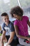 Пары в спортзале имеют пролом Стоковая Фотография