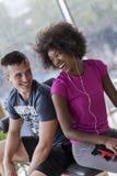 Пары в спортзале имеют пролом Стоковые Фото