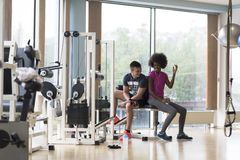 Пары в спортзале имеют пролом Стоковое Изображение RF