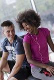 Пары в спортзале имеют пролом Стоковая Фотография RF