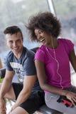 Пары в спортзале имеют пролом Стоковое Изображение