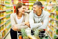 Пары в супермаркете стоковая фотография rf