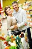 Пары в супермаркете стоковые фото