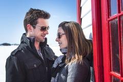 Пары в сцене снега зимы на красивом солнечном дне Стоковое Изображение